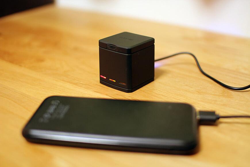 コンパクトで蓋付きなので、持ち運びながらの充電も可能