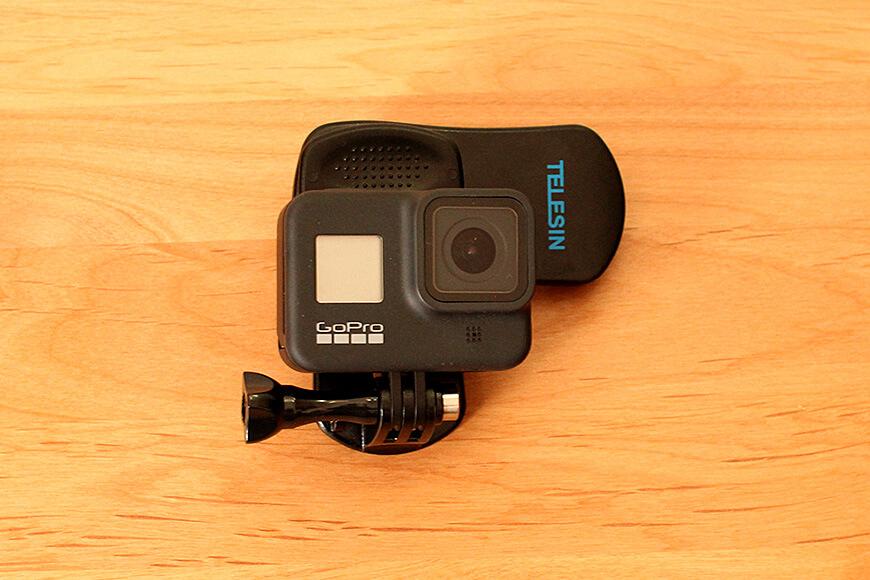 クリップにカメラを装着します。