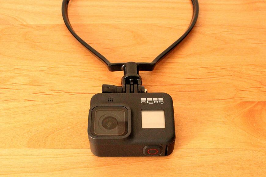 ネックマウントにカメラを取り付ける